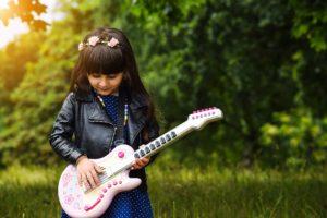 Wer hat Lust und Spaß, Gitarre oder Bass zu lernen?