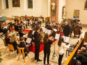 Junge Musiktalente spielen stimmungsvolles Adventskonzert